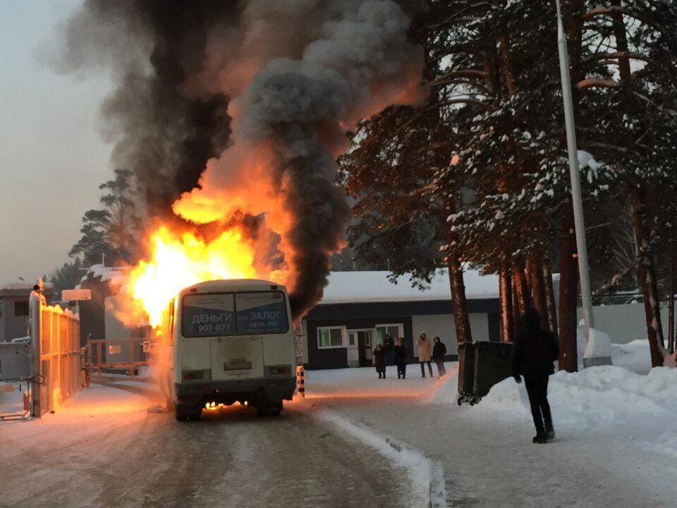 Видео: маршрутка сгорела у ворот северского ЦКПП