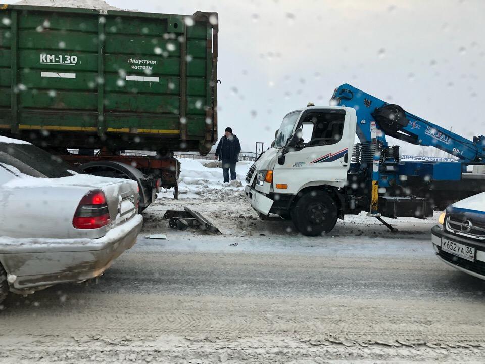 ДТП с 4 автомобилями — причина пробки на улице Елизаровых