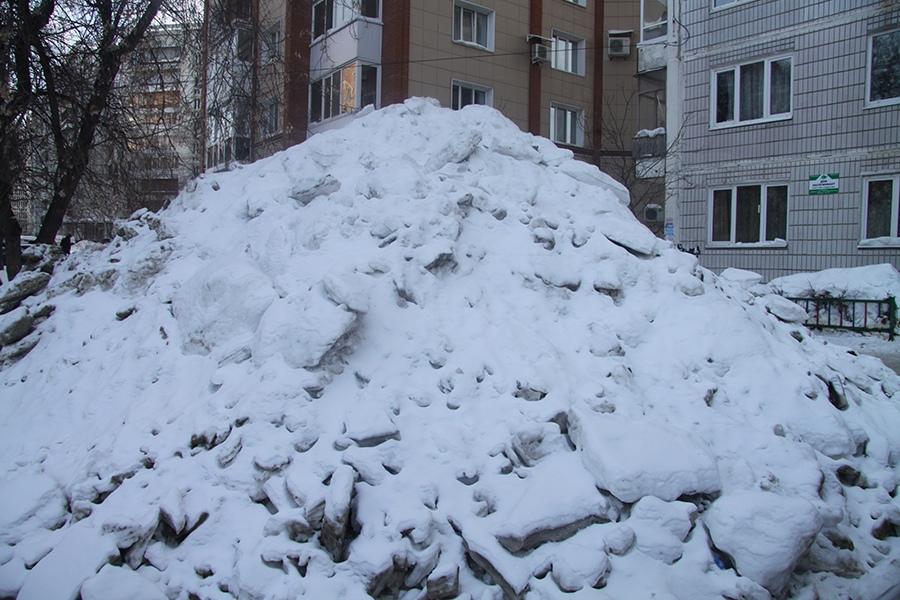 Томичи жалуются на снежные кучи, образующиеся после уборки