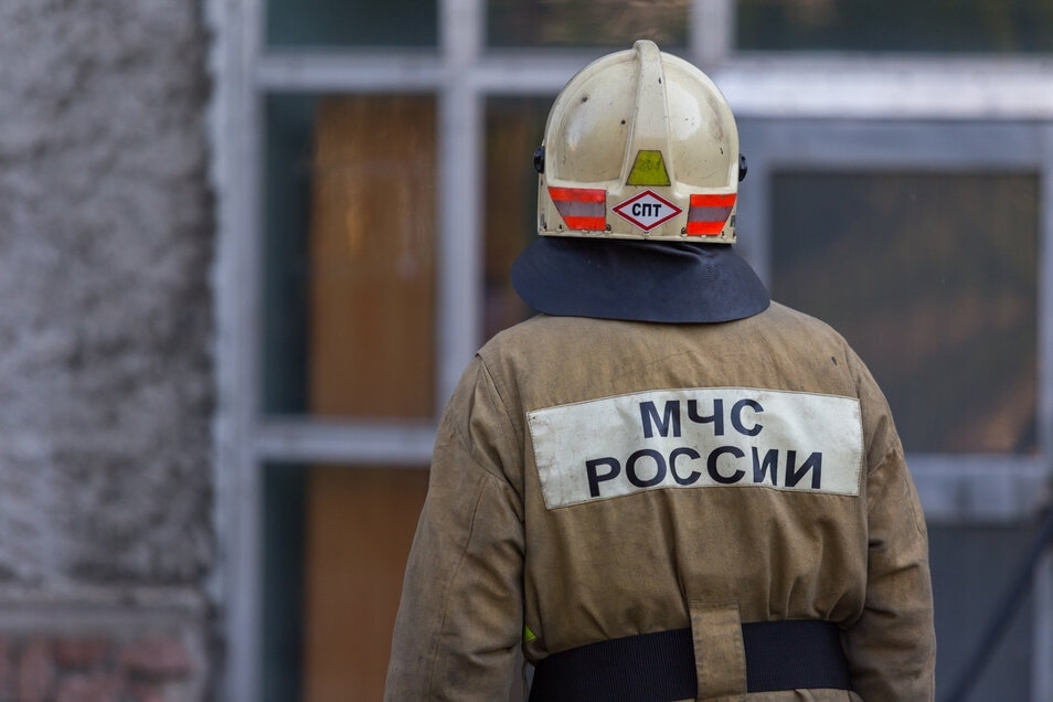 В Томске во дворе жилого дома загорелся автомобиль