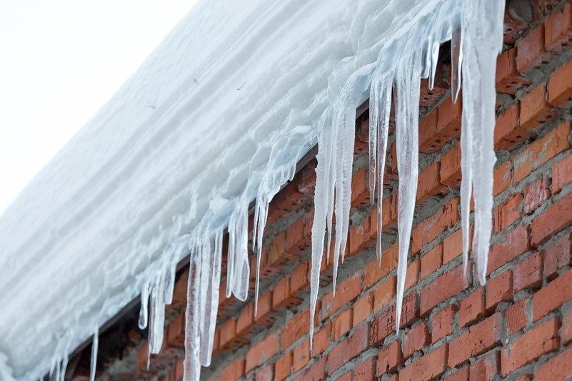 Снежная глыба съехала с крыши и чуть не убила сибирячку с коляской
