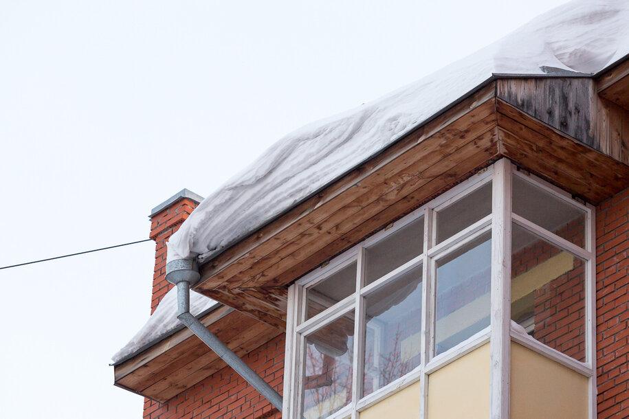 Снег начал падать с крыш томских многоэтажек