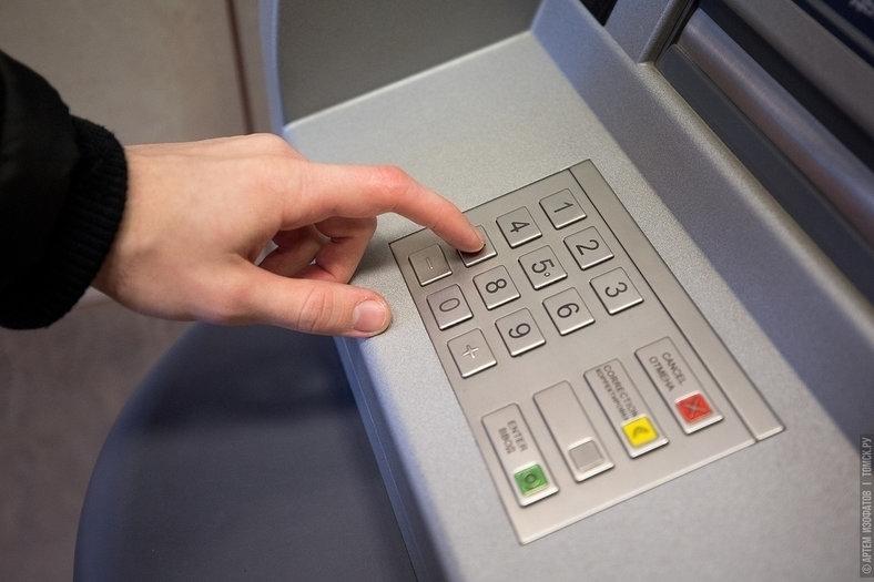 Видео: грабитель напал на томичку у банкомата