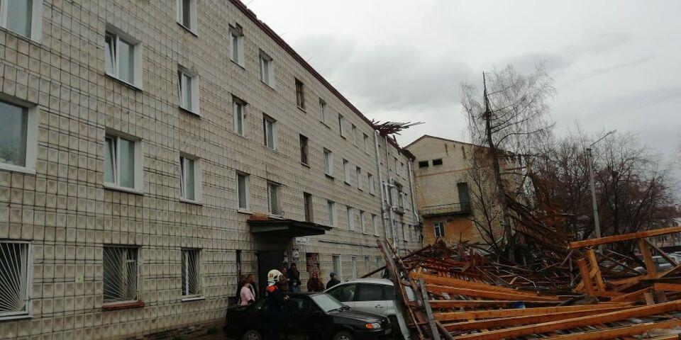 Ветер обрушил крышу в жилом доме на Нижне-Луговой. Работы уже начались