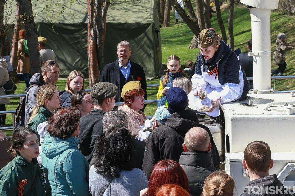 8000 отжиманий и очередь за кашей: День Победы на Ново-Соборной