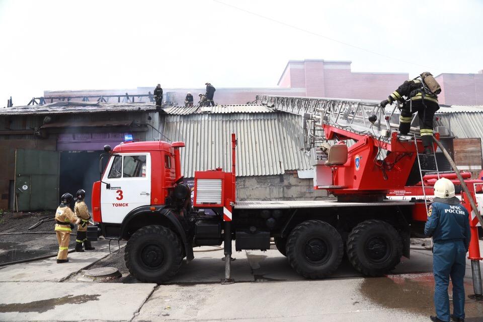 Крупный пожар случился в ангаре в районе АЗС на Герцена (ликвидирован)