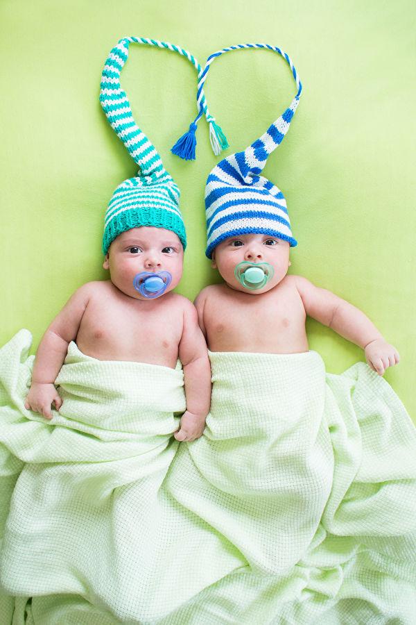 «У него печенька больше»: мама близнецов рассказала о двойном счастье