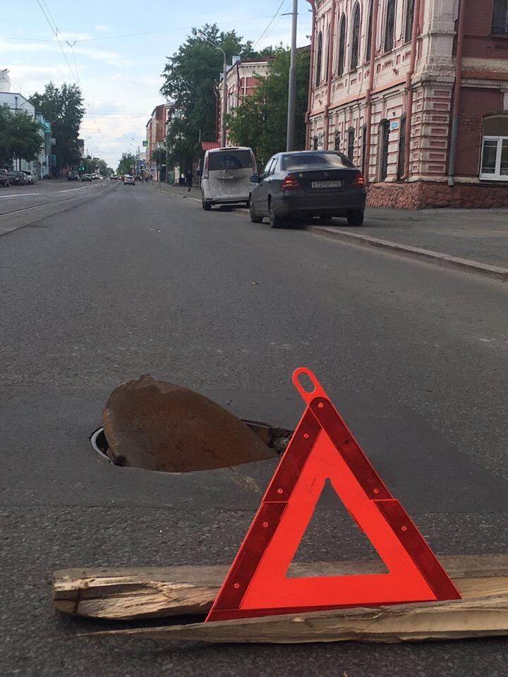 Открытая крышка люка «портит» машины в центре Томска