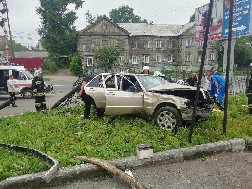 ДТП: в центре Томска водитель на Mercedes-Benz въехал в забор