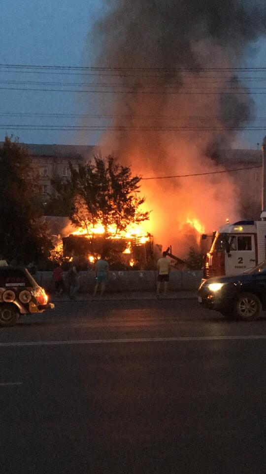 Заброшенный деревянный дом сгорел в центре города