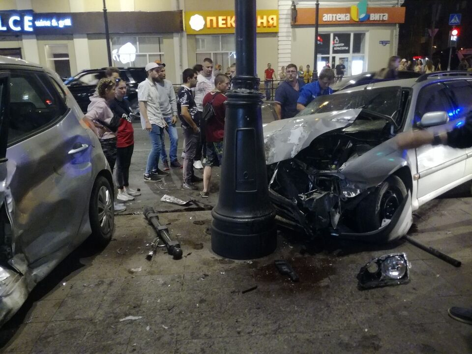 Иномарки снесли ограждение и влетели в столб: авария в центре Томска
