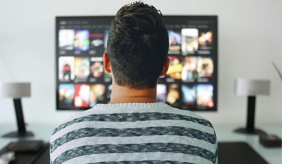 Переключая каналы: почти половина россиян смотрят телевизор ежедневно