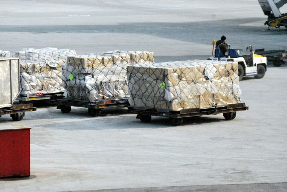 400 посылок не дошли до сибиряков: таможня нашла подделки товаров