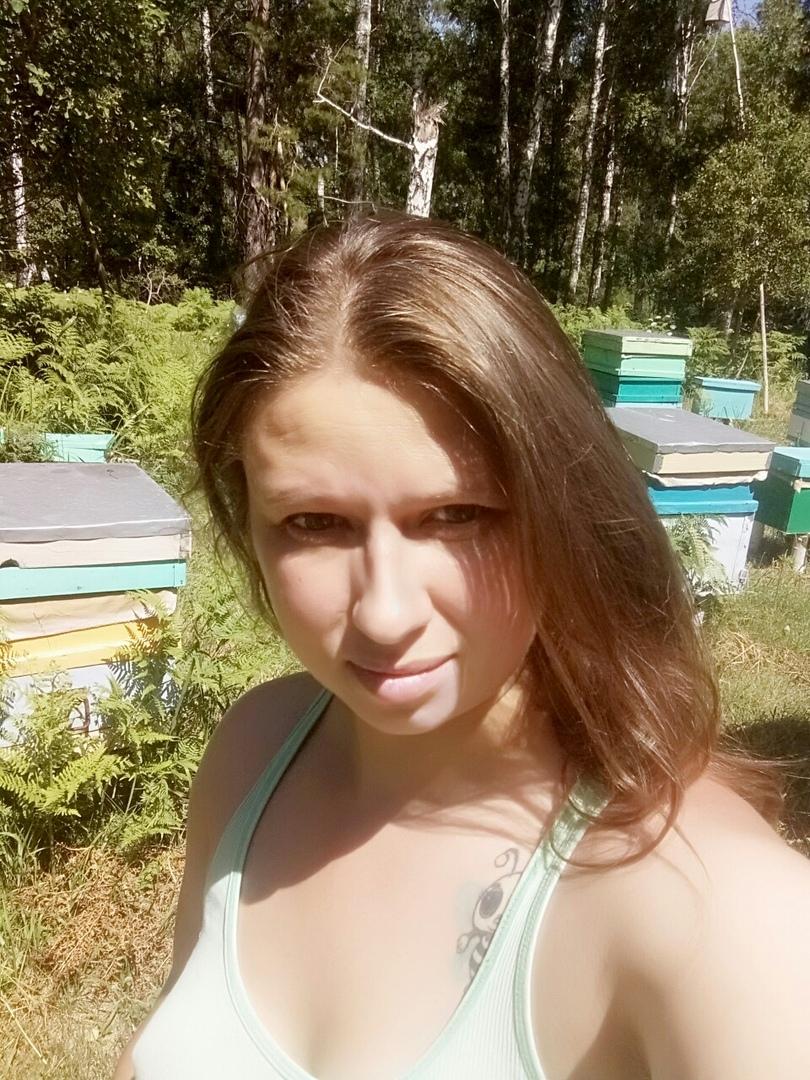 Томичка пять лет живет в лесу с собакой и разводит пчел