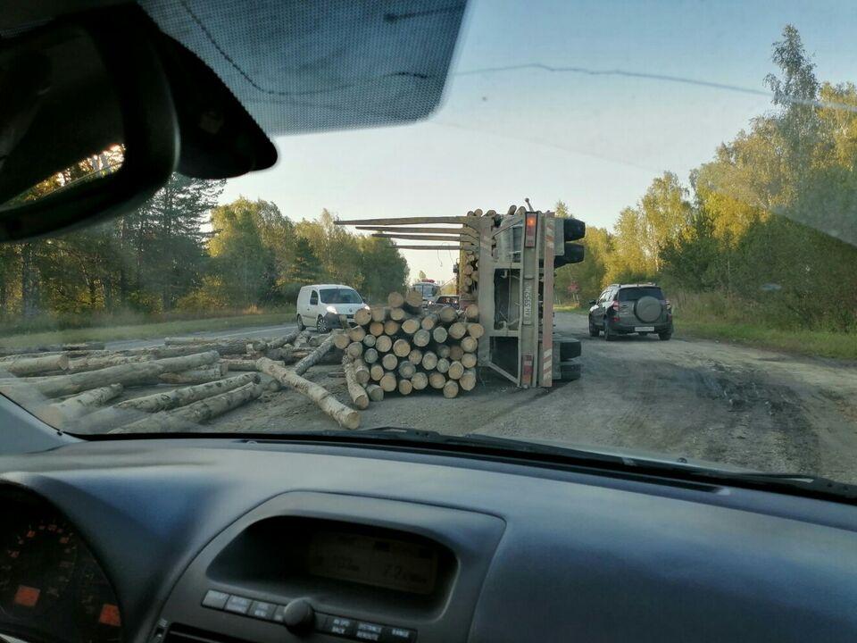 ДТП: на Кузовлевском тракте перевернулся лесовоз