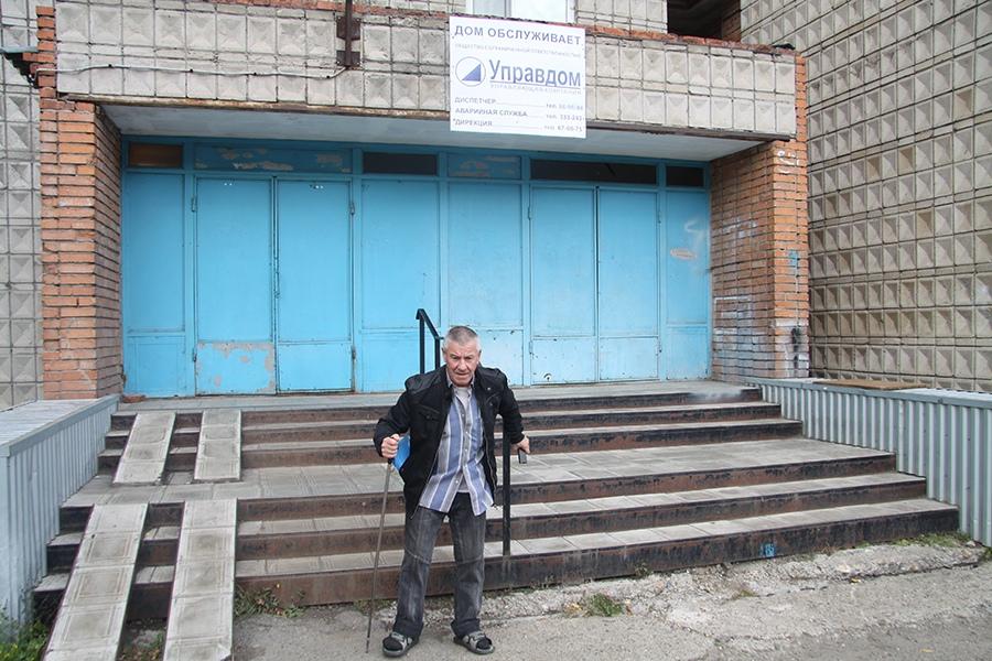 Пенсионеры с трудом могут попасть в свои квартиры на Железнодорожной