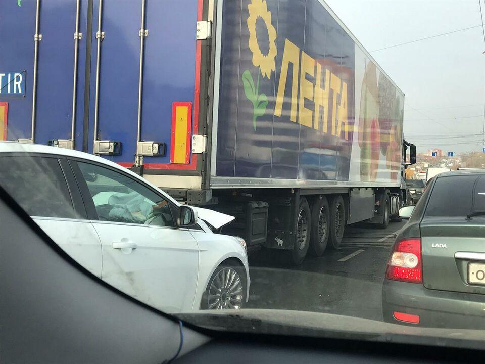 Пробка на проспекте Комсомольском: авария с фурой супермаркета «Лента»