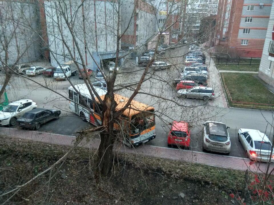 Мастера томской парковки: забытый автобус и заблокированная стоянка