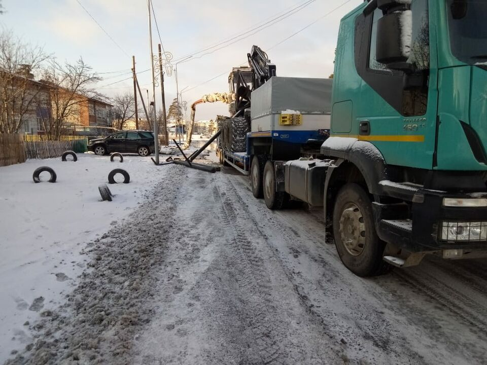 Тягач снес теплотрассу в Асине: пострадавших нет