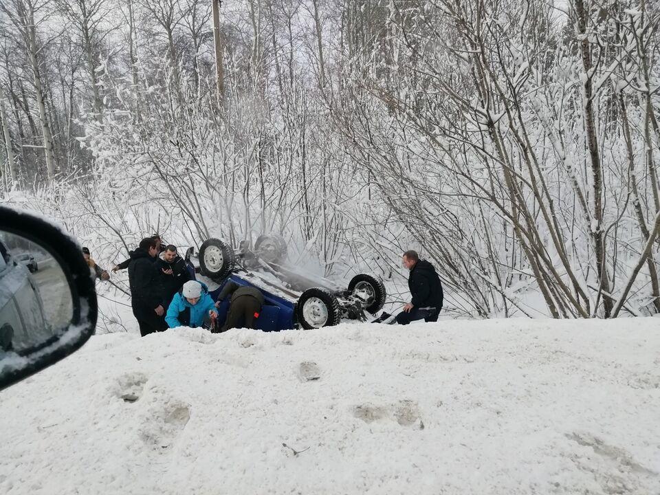 Под Томском перевернулась машина с беременной женщиной