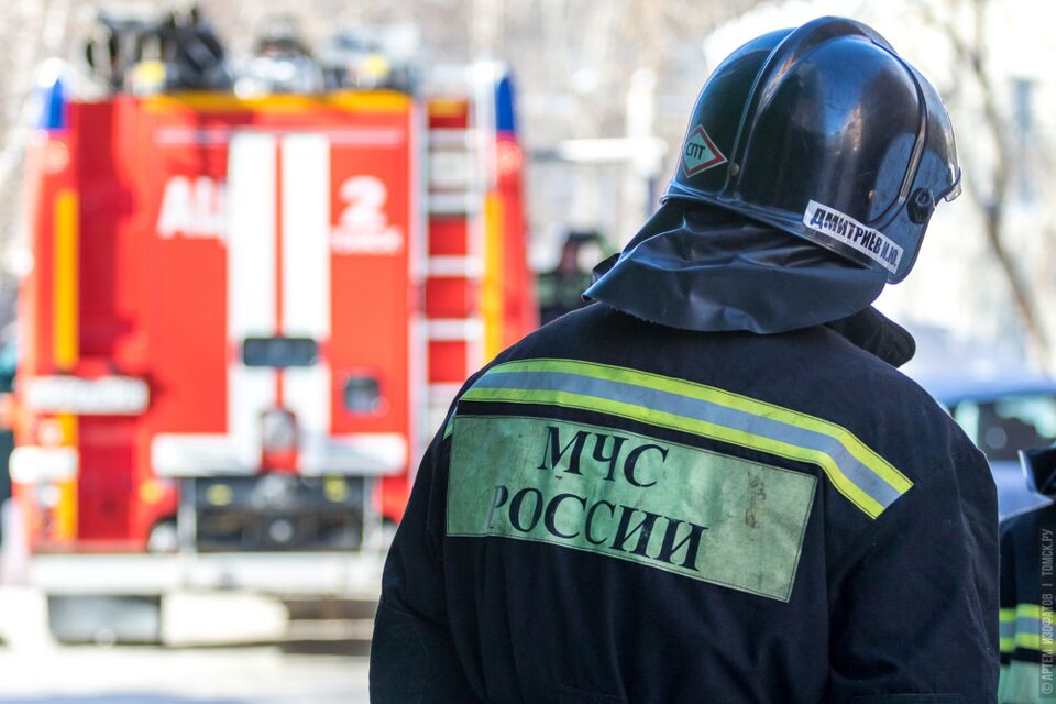 Более 40 человек тушили склад в Томске