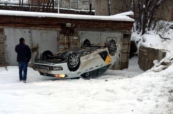 Водитель такси озадачил томичей мастерством парковки