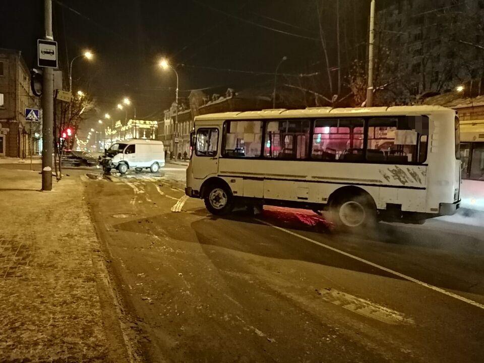 В столкновении в центре Томска пострадали пассажиры маршрутки и Газели