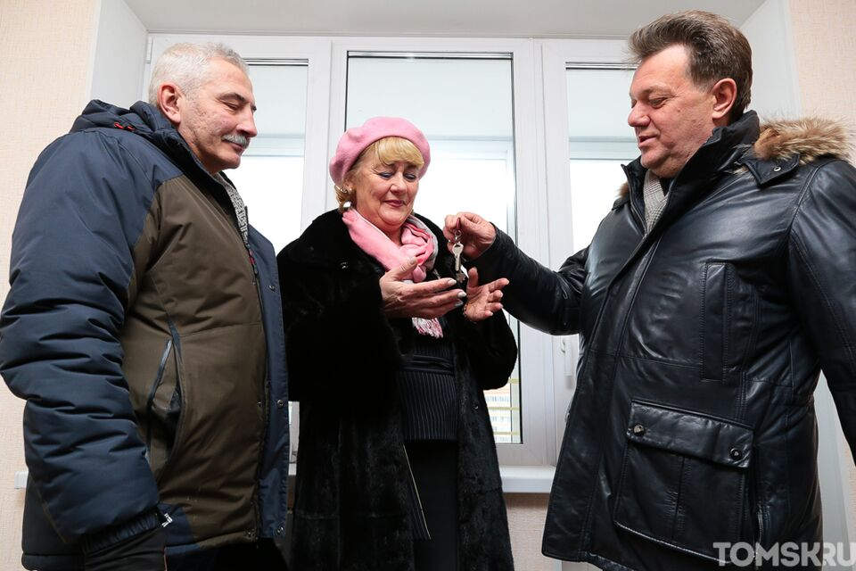 Мэр вручил ключи от новых квартир двум томским семьям