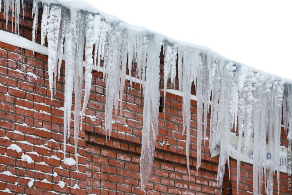 Городские власти пристально следят за уборкой снега на крышах