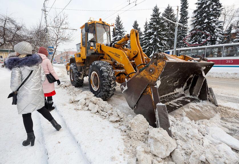«Демон с рыжим снегоотвалом»: томичи жалуются на уборку снега в городе