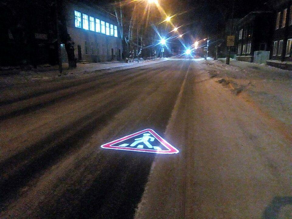 Проекция дорожного знака появилась возле томской школы