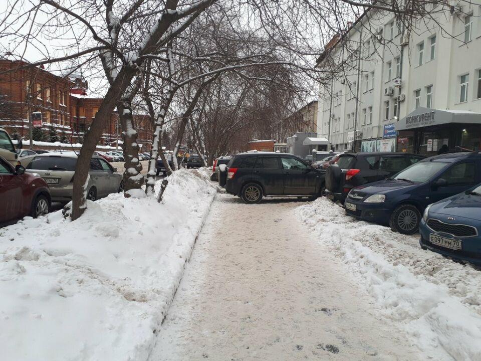 Мастера томской парковки: стоянка с наездом и перекрытый тротуар