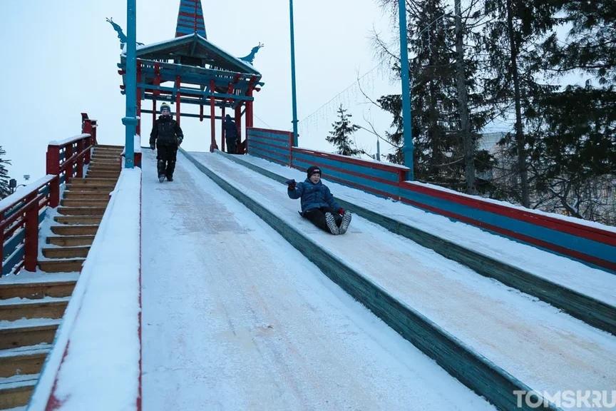 Заммэра проверил безопасность ледяных горок Томска