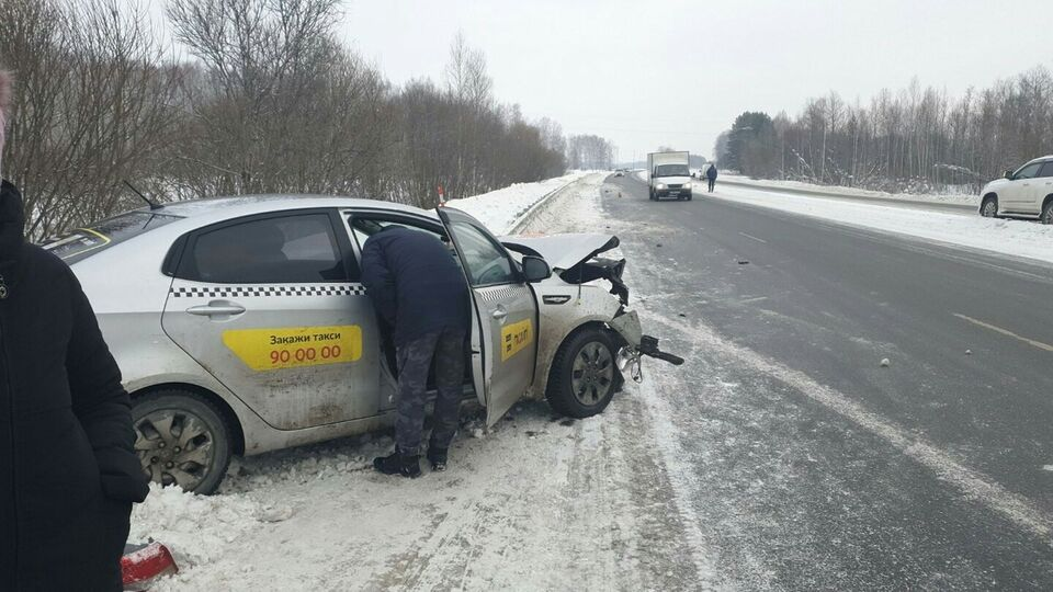Таксист наехал на препятствие на трассе