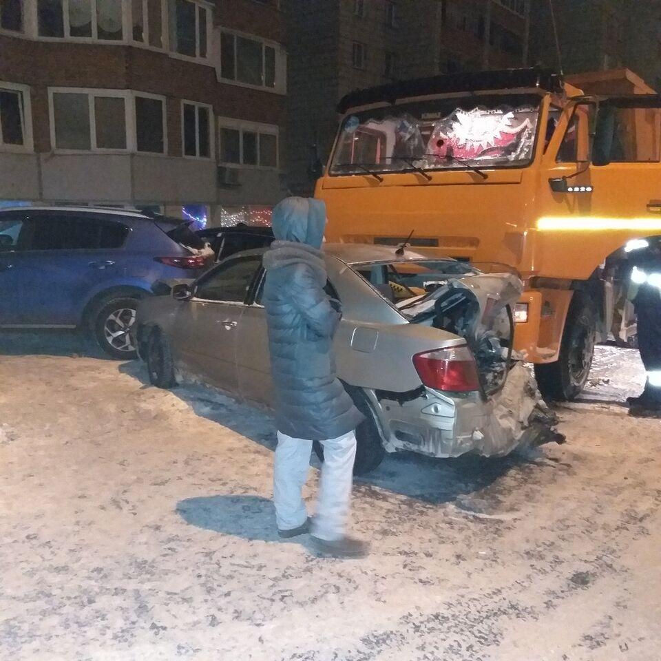 Пять машин пострадали в столкновении ночью в томском дворе