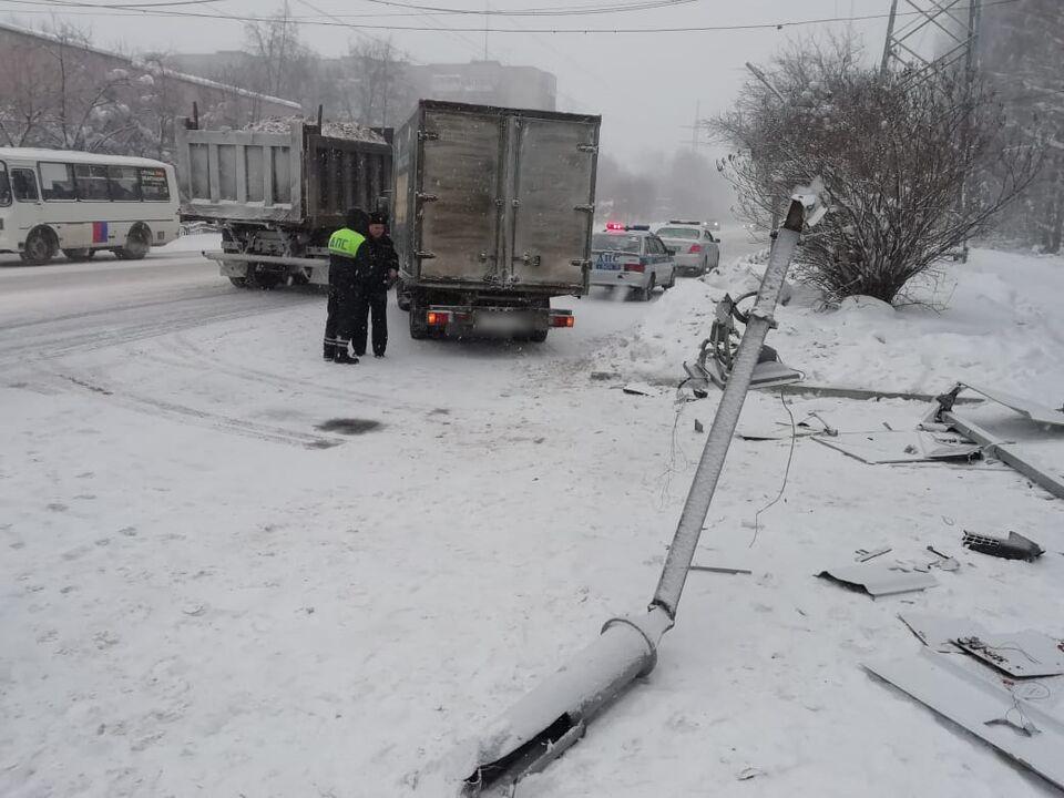 ДТП: из-за аварии рядом с Лагерным садом на пешехода упал столб