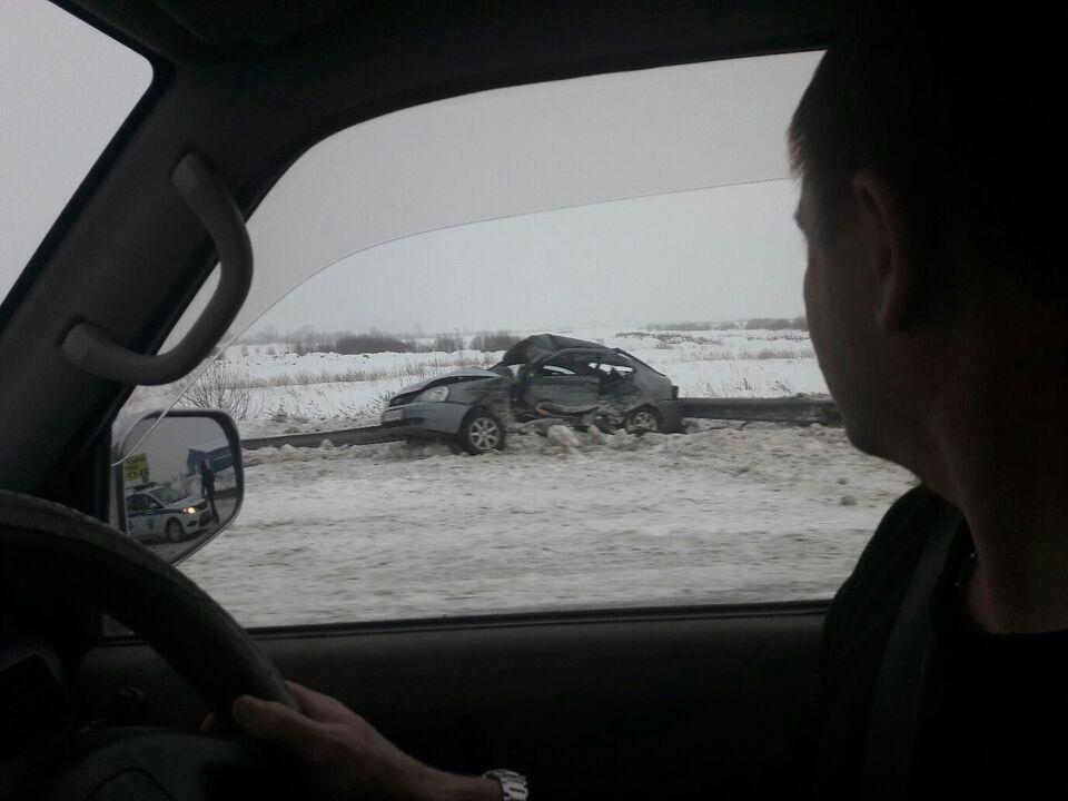 Серьезное ДТП на въезде в Томск: столкнулись грузовик и Lada Priora