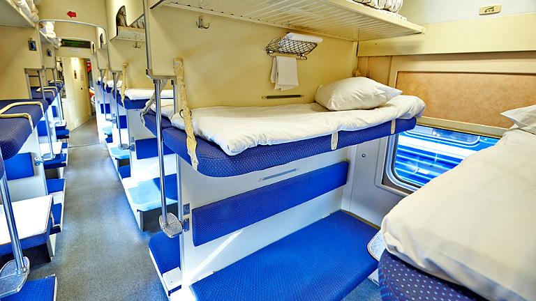 Пассажирам верхних полок в поездах разрешили сидеть внизу. Официально