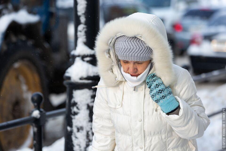 В капюшоне и пуховике с лопатой: как выглядит типичный томич зимой