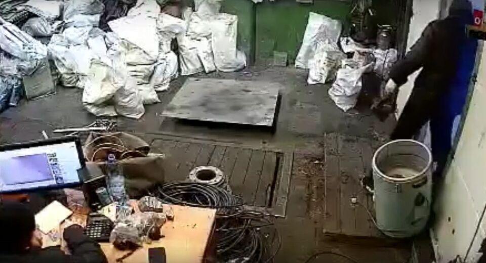 Мужчина с топором напал на пункт приема металла в Томской области