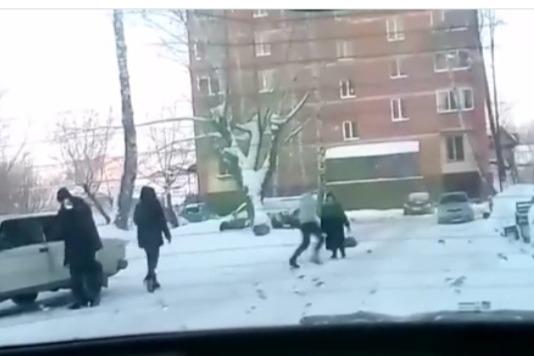 Во дворе томской многоэтажки развернулась «война на ВАЗ»