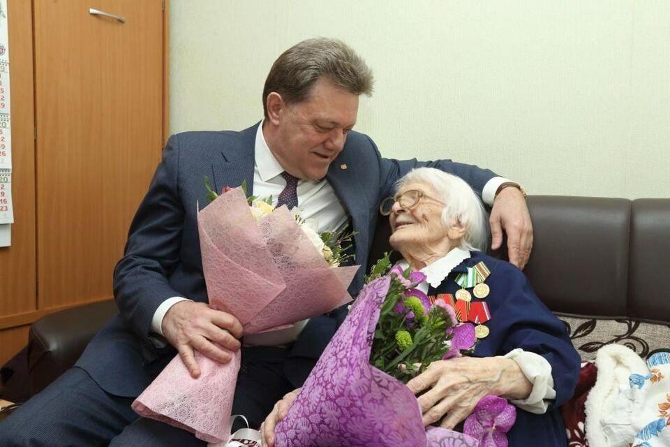 Мэр Томска поздравил ветерана войны Нину Киселеву со 102-летием