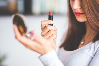 Эксперты назвали марки опасной губной помады и подсчитали, сколько ее съедает женщина на протяжении жизни