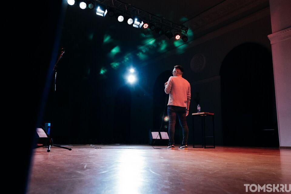 Меньше 50 человек: комики из «Томедии» проведут открытый микрофон