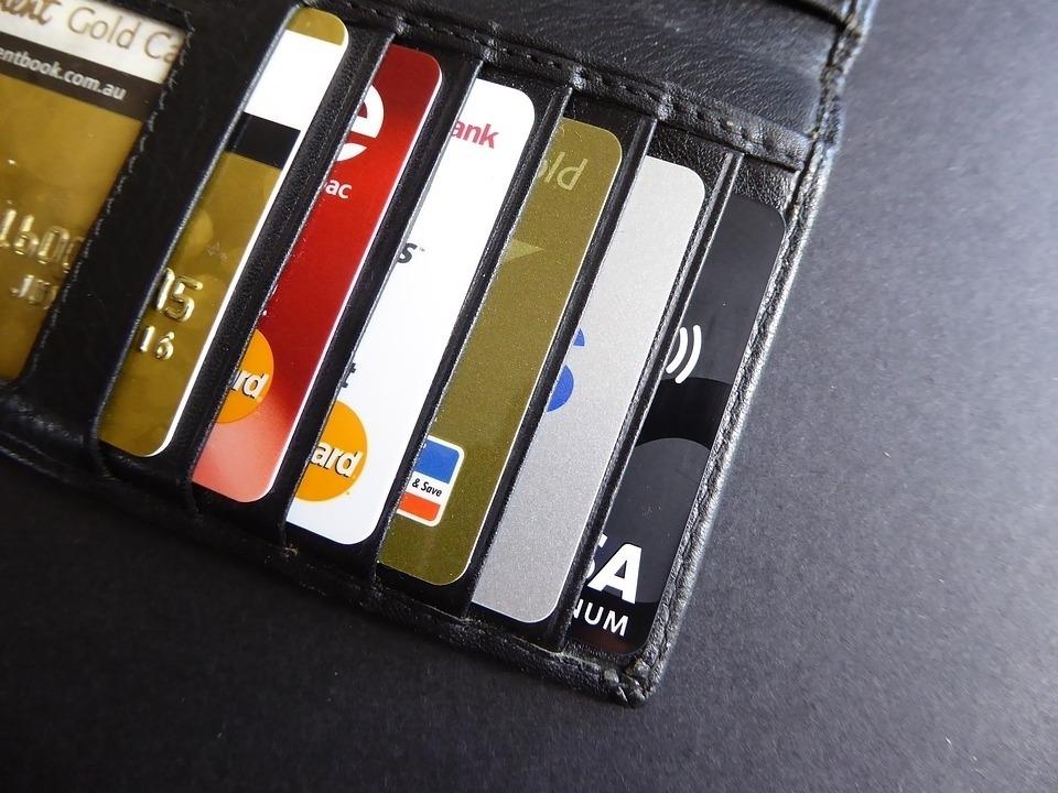Женщины чаще оформляют кредитки «на всякий случай», а мужчины склонны к пропуску обязательных платежей