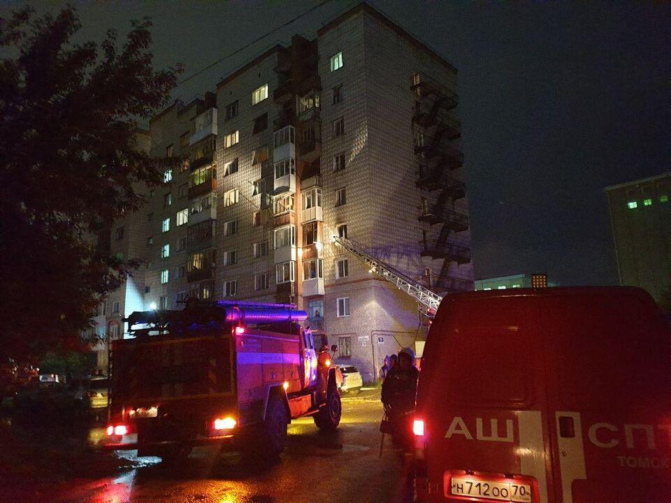 Сотрудники МЧС эвакуировали 18 человек из горящего дома на улице Мельничной