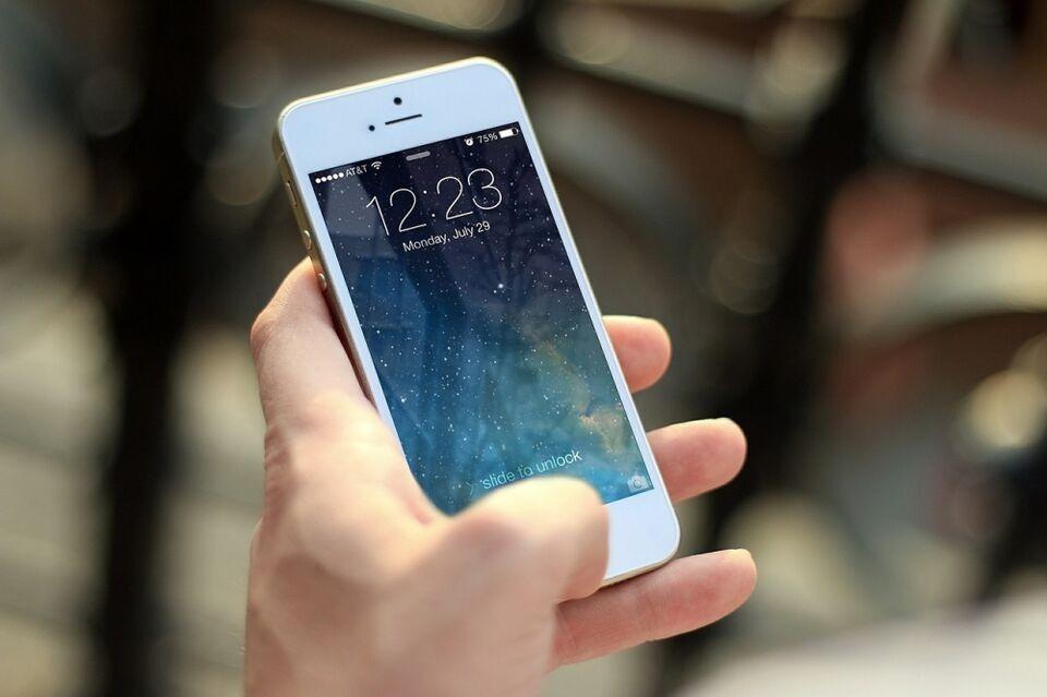 Эксперты не рекомендуют оставлять заряжаться смартфон на ночь