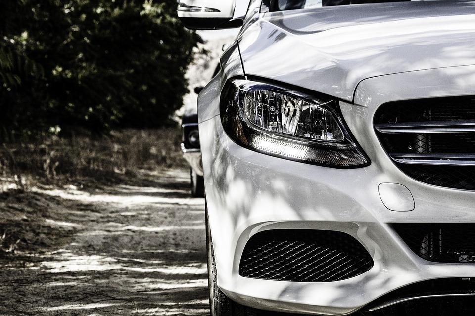 Продажи автомобилей в России сократились почти на четверть