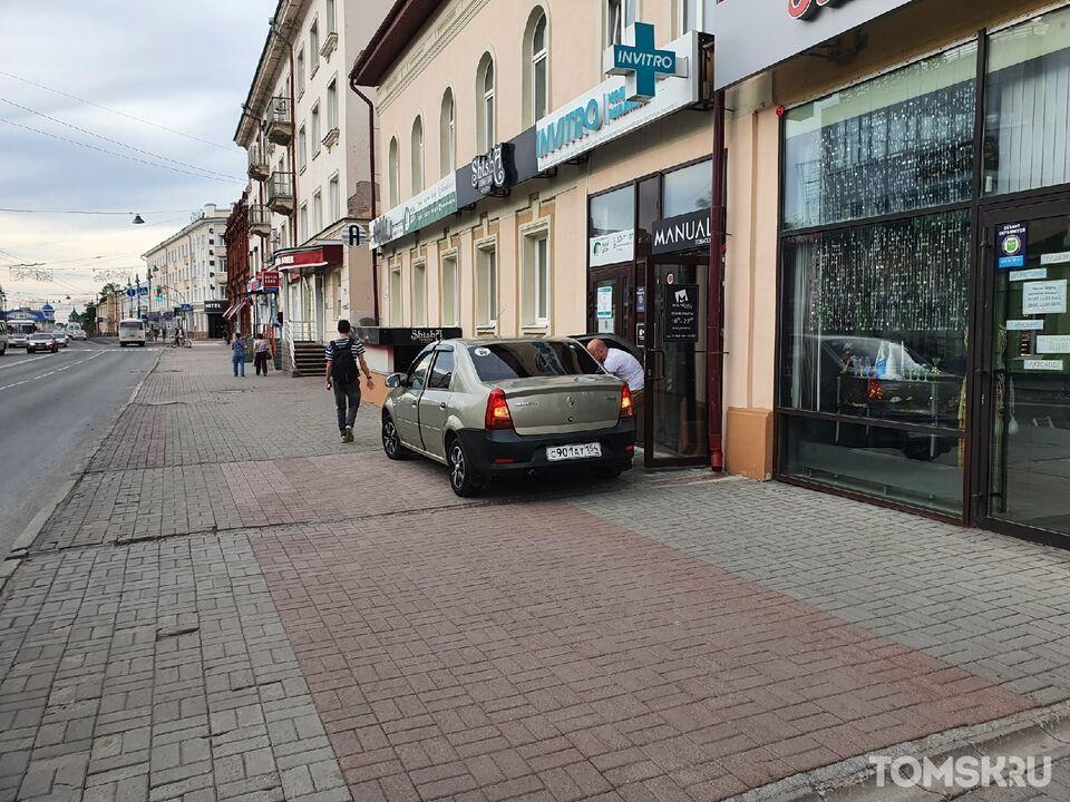 Мастера томской парковки: стоянка в центре города и проблемы со спецзнаком