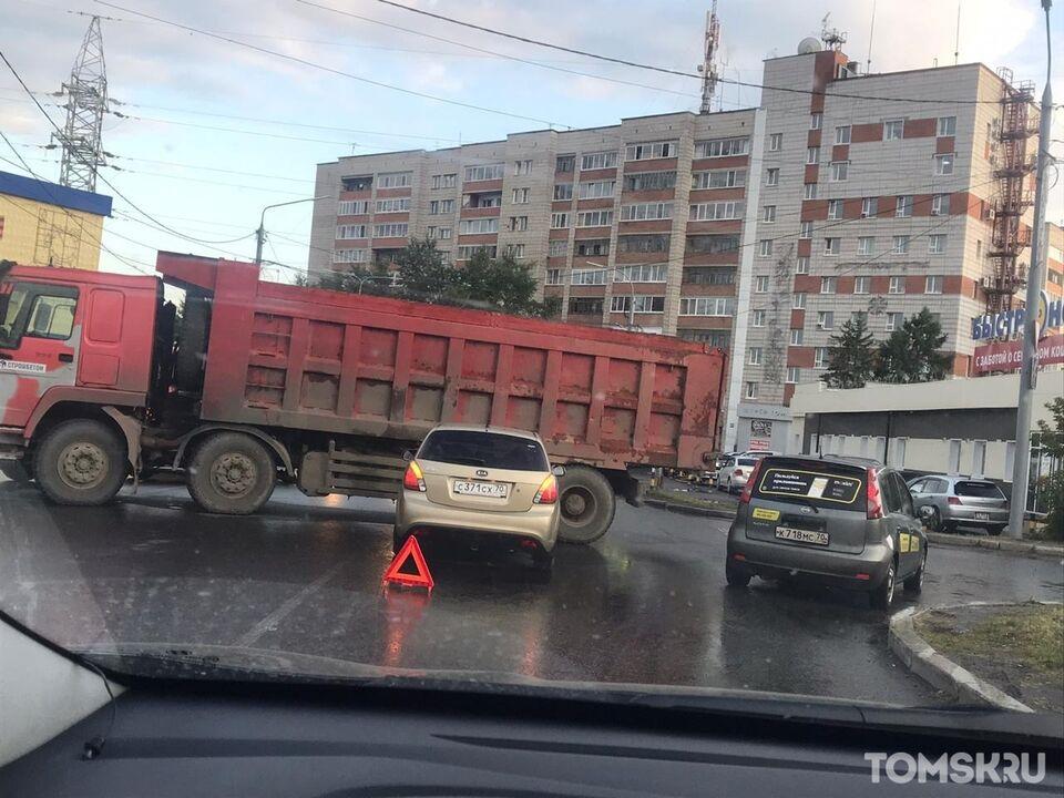 Движение на Степановке заблокировано: дорогу перекрыл грузовик